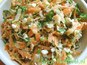 Salade met linzenkiemen en (wilde) kruiden